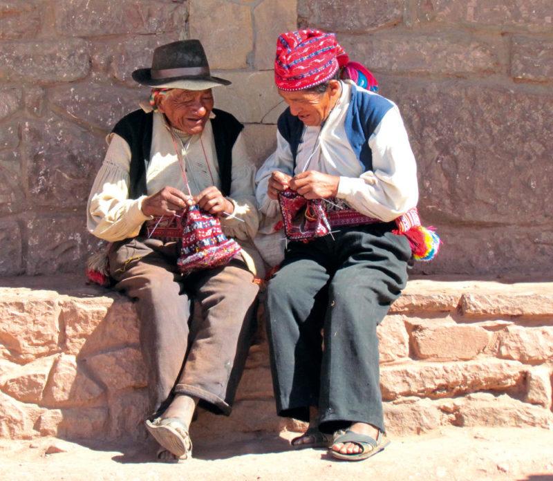 Männer auf der Insel Taquile im Titicacasee - Petra Becker