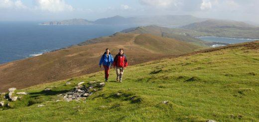 Wanderer an der Küste - Failte Ireland