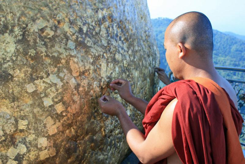 Mönch klebt Blattgold auf Golden Rock - Frederik Schwall