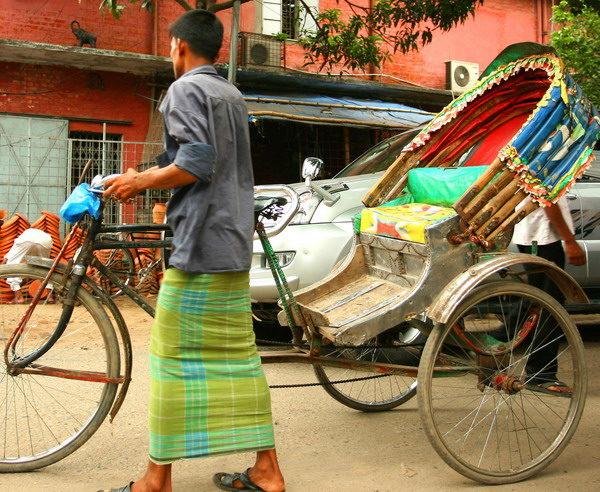 Rickshaw Fahrer auf den Strassen von Dhaka City in Bangladesch