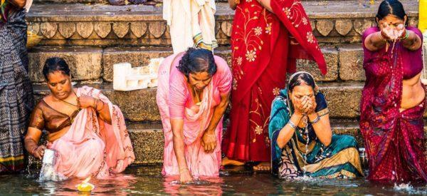 Frauen bei der Waschung im Ganges