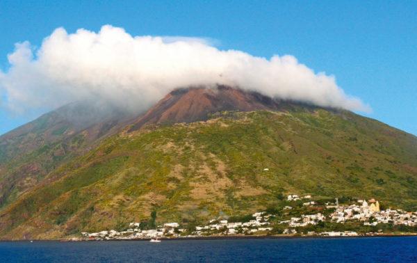 Stromboli mit seiner allgegenwärtigen Rauchsäule - Timm Küster