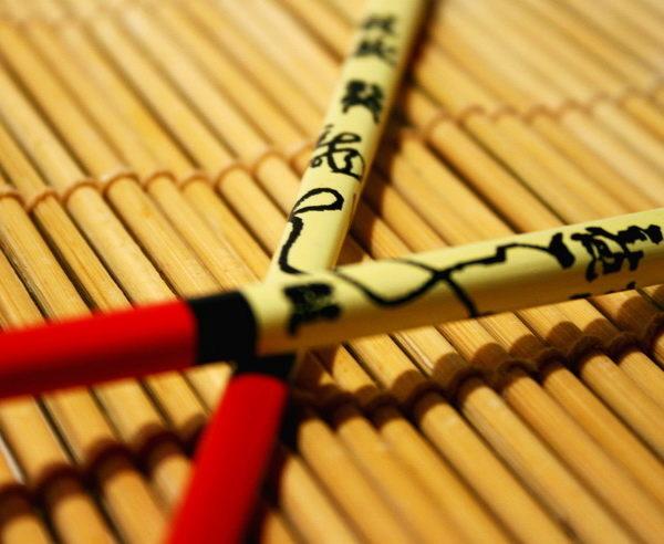 Dekorative Essstäbchen auf Bambusmatte