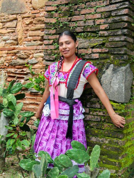 Junge Frau in traditioneller Kleidung