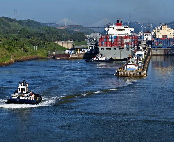 Containerschiff passiert die Miraflores-Schleusen