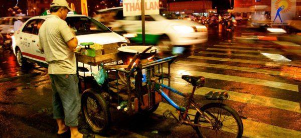 Ein Strassenverkäufer in Saigon