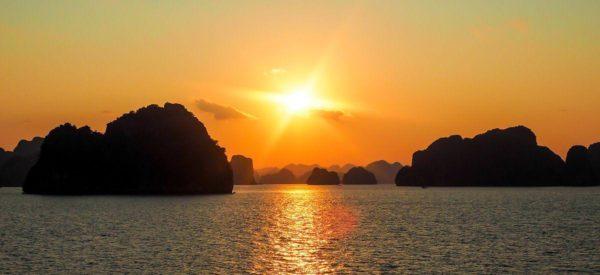 Sonnenuntergang über der Halong-Bucht
