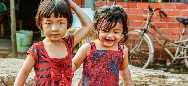 Zwei kleine Mädchen auf der Insel Binh Hoa Phuoc