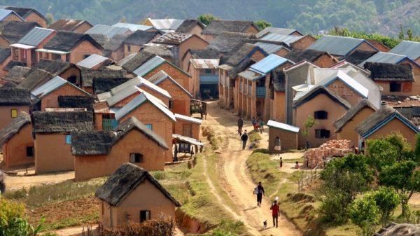 Dorf Antsahabe am Weg zum Saha Forest Camp