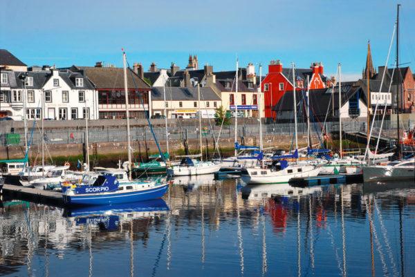 Hafen von Stornoway mit Royal Hotel