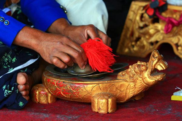 Mensch, Mann, Hand, Fuß, goldener Drache, Schale, rote bommel,
