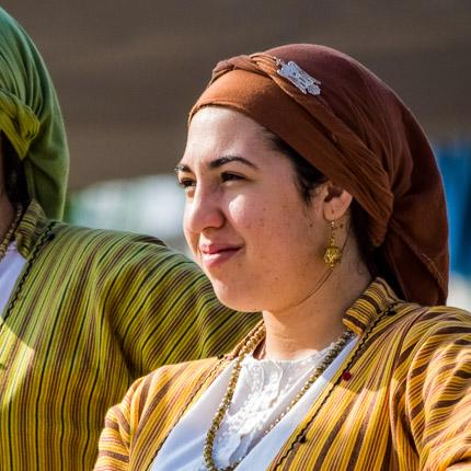 Mädchen in traditioneller Kleidung