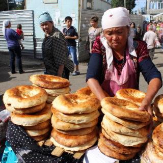 Brotverkäuferin auf dem Osch-Markt in Bischkek - Franz Schenk