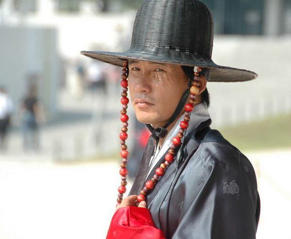 Wachmann in traditionellem Kostüm in Südkorea