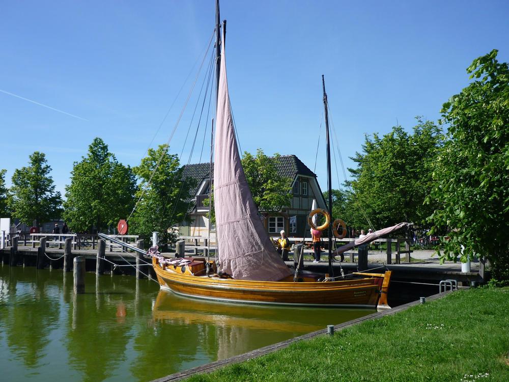 Zeesenboot im Hafen von Althagen - Martin Twietmeyer