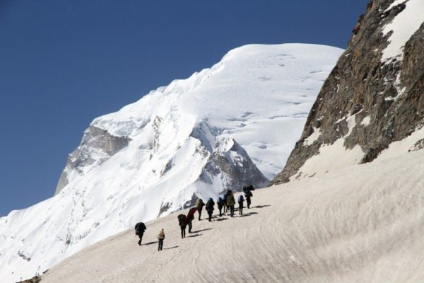 Aufstieg ins Kedar Dome Basislager mit Blick auf den Kedar Dome (6831m)