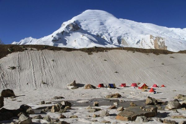 Basislager (4600m) mit Blick auf den Kedar Dome (6831m)