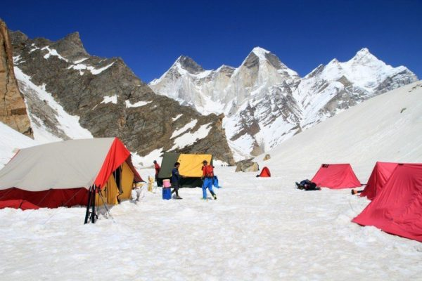 Kedar Dome Basislager (4600m) mit Blick auf die Baghiratis