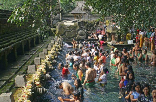 Reinigungszeremonie im Tempel Tirta Empul