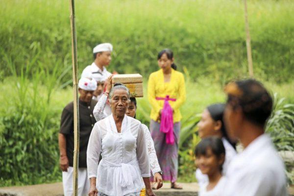 Auf dem Weg zum Tempel auf Bali