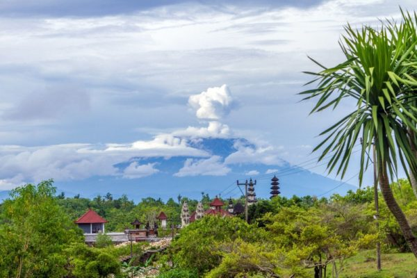Blick von Nusa Penida zum Vulkan Agung auf Bali