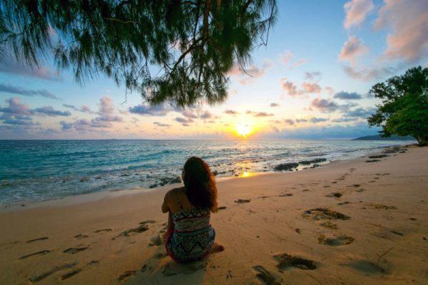 Sonnenaufgang an einem Strand auf den Seychellen