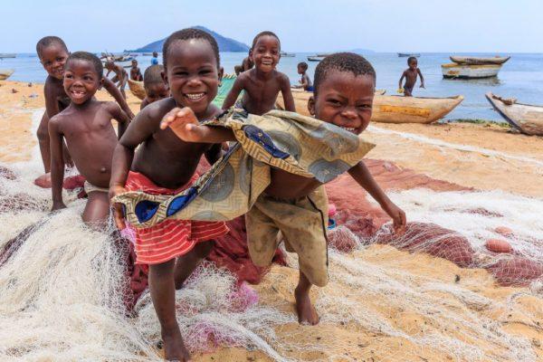 Fröhliche Kinder am Malawi-See