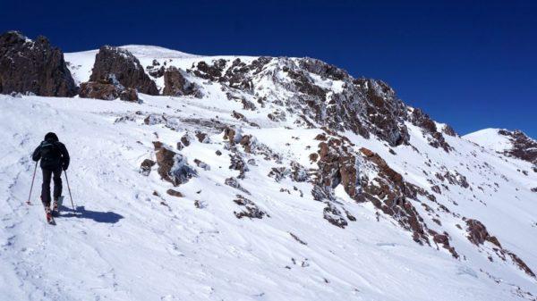 Nicht besonders steil und technisch einfach geht es auf Skiern den Jebel Toubkal hinauf.