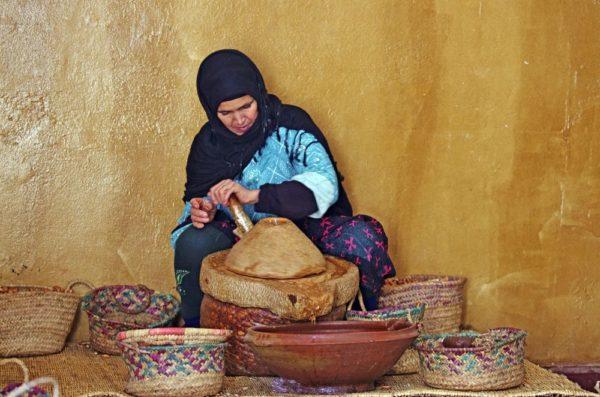 Frau bei Töperarbeiten