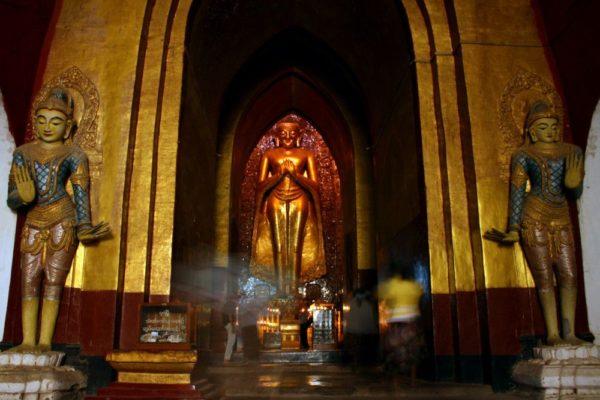 Großer stehender Buddha im Ananda-Tempel in Bagan