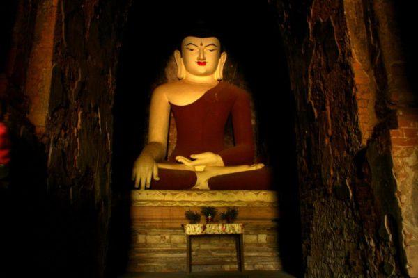 Großer Buddha in einem Tempel in Bagan