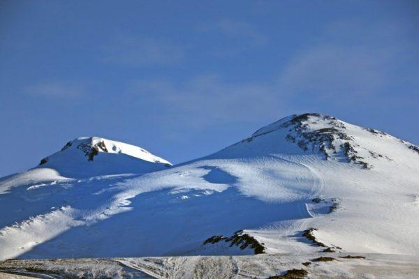 Rechts ist der Aufstieg auf den Elbrus gut sichtbar.