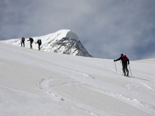 Aufstieg über die weiten Schneeflächen des Elbrus.