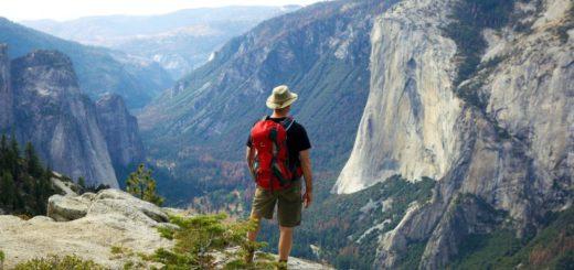 Wanderer blickt vom North Dome ins Yosemite Valley, Yosemite-Nationalpark, Kalifornien Reise Wanderer blickt vom North Dome ins Yosemite Valley, Yosemite-Nationalpark, Kalifornien 2020