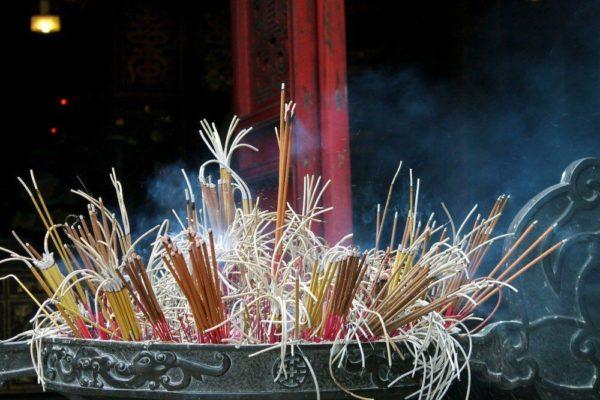 Man findet sie überall in den Tempeln – die Räucherstäbchen