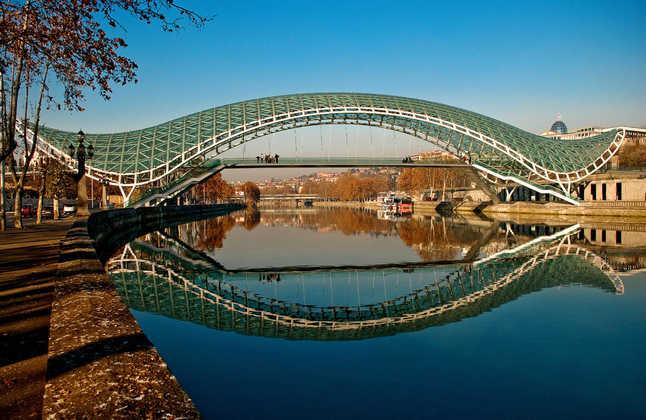Friedensbrücke in Tiflis - Kaukasus-Reiseservice Ltd.