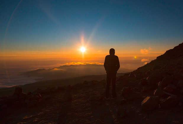Sonnenuntergang über den Wolken am Krater des Kilimanjaro - Oliver Schulz