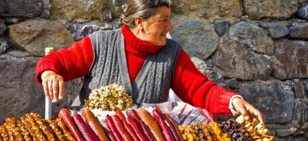 Straßenhändlerin mit Trockenfrüchten