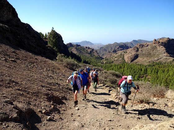 Wandern mit herrlichem Bergpanorama im Rücken - Dennis Gowitzke