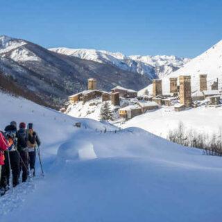 Schneeschuhwandern mit Blick auf Uschguli - Annekatrin Keinert