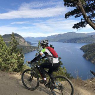 Chile-Biken-oberhalb-des-Lago-Lacar-in-Nordpatagonien 2021 | Erlebnisrundreisen.de