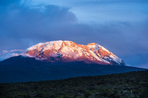 Sicht auf den Kilimanjaro bei Sonnenuntergang in Tansania