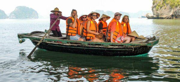 Bootsfahrt durch die Kalksteintunnel der Halong Bucht
