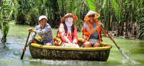 Mit Bambusbooten durch den Wasserkokosnusswald