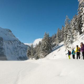 Winterwandern entlang des Seeufers - Dominik Ketz